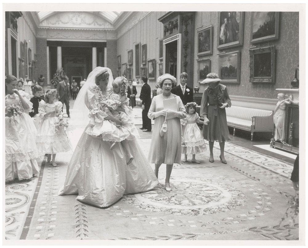 Công nương Diana bế cô bé Clementine Hambro trên tay, người sau này đã chia sẻ kỷ niệm về lễ cưới trên tờ Telegraph