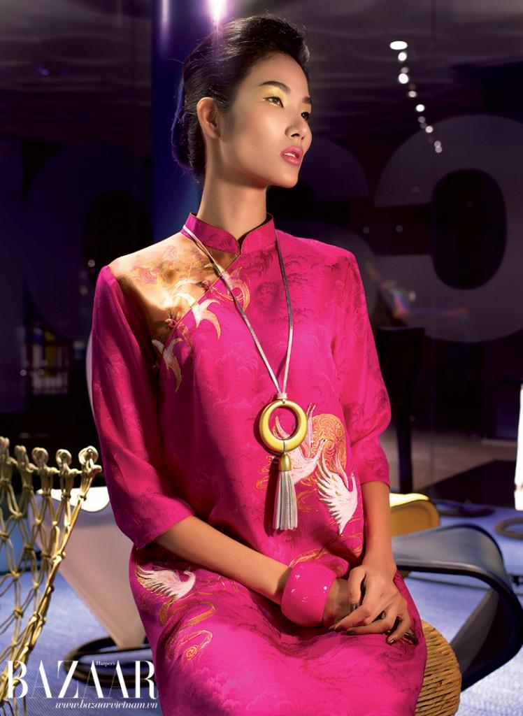 Áo dài gấm màu hồng thêu chim hạc vàng, Trịnh Hoàng Diệu