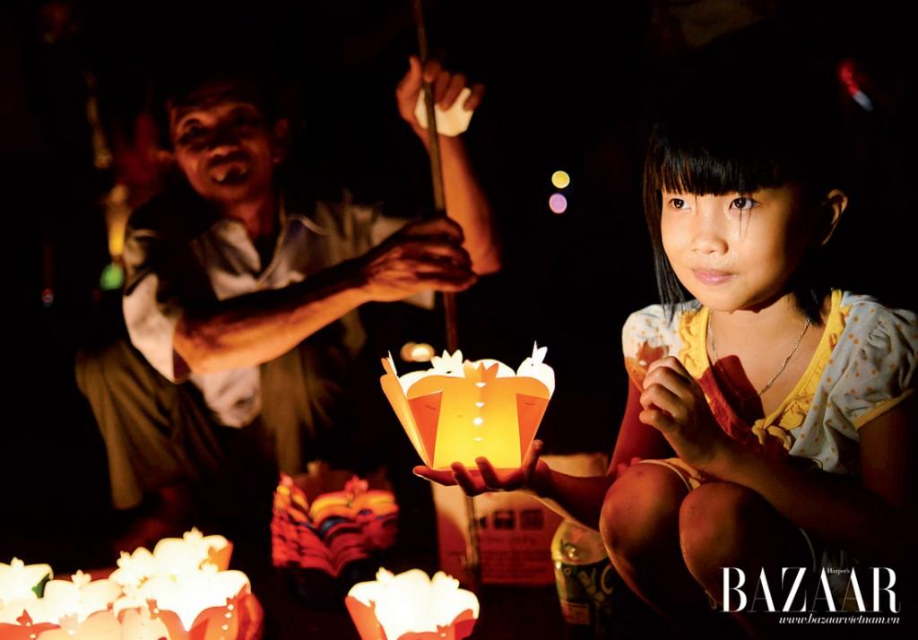 Hai thế hệ đều gửi gắm mơ ước của mình vào những ngọn đèn hoa đăng