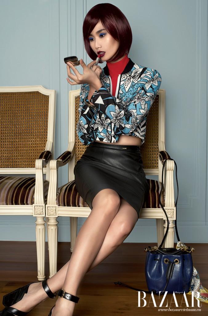THANH THỦY: Áo jacket lửng, váy da, Just Cavalli. Giày đế thô, Salvatore Ferragamo. Túi bucket, Chloé. Cổ áo và khăn thắt trên túi của stylist
