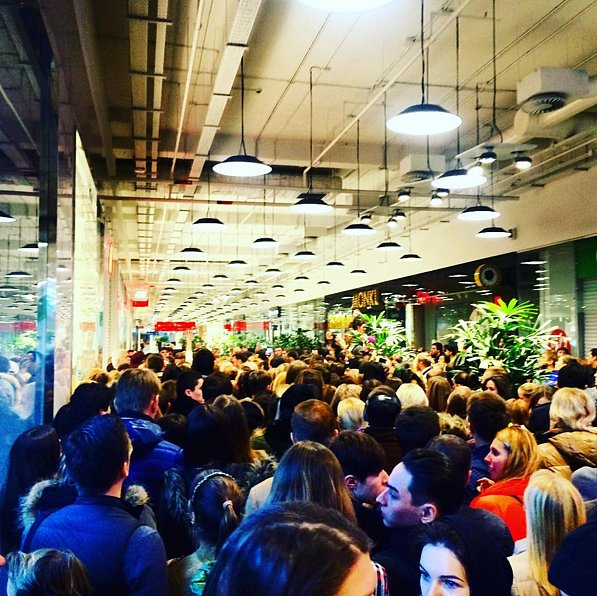 People-Crowded-Entrance