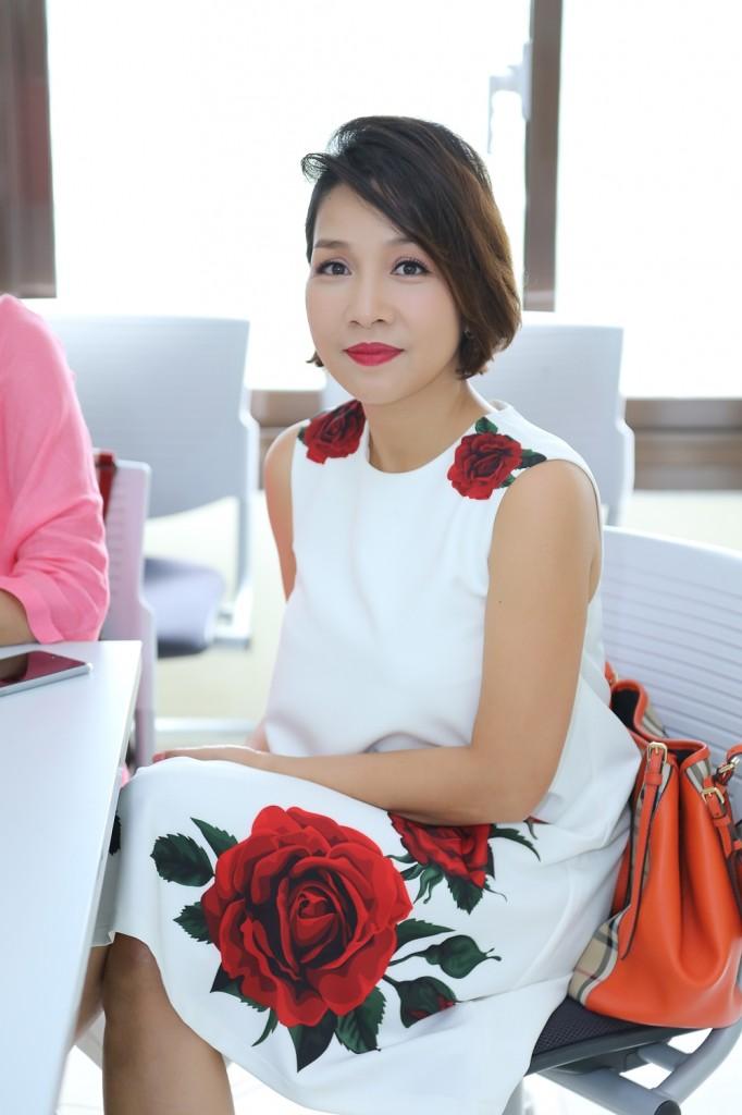Mỹ Linh thu hút tại buổi họp báo, chị mặc đầm của Đỗ Mạnh Cường, mang túi của Burberry