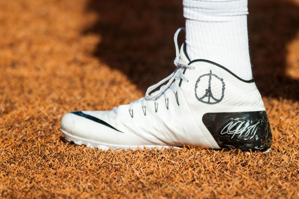 Một cầu thủ bóng bầu dục ở bang Ohio, Mỹ vẽ hình biểu tượng này lên giày trong khi thi đấu.