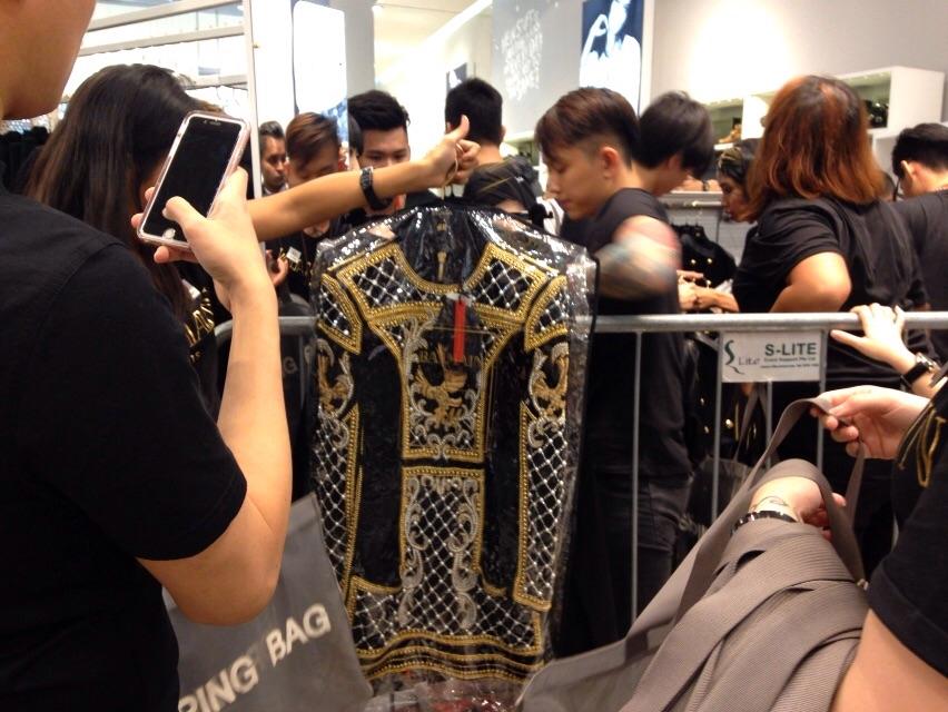 xep-hang-mua-H&M Balmain-singapore-3