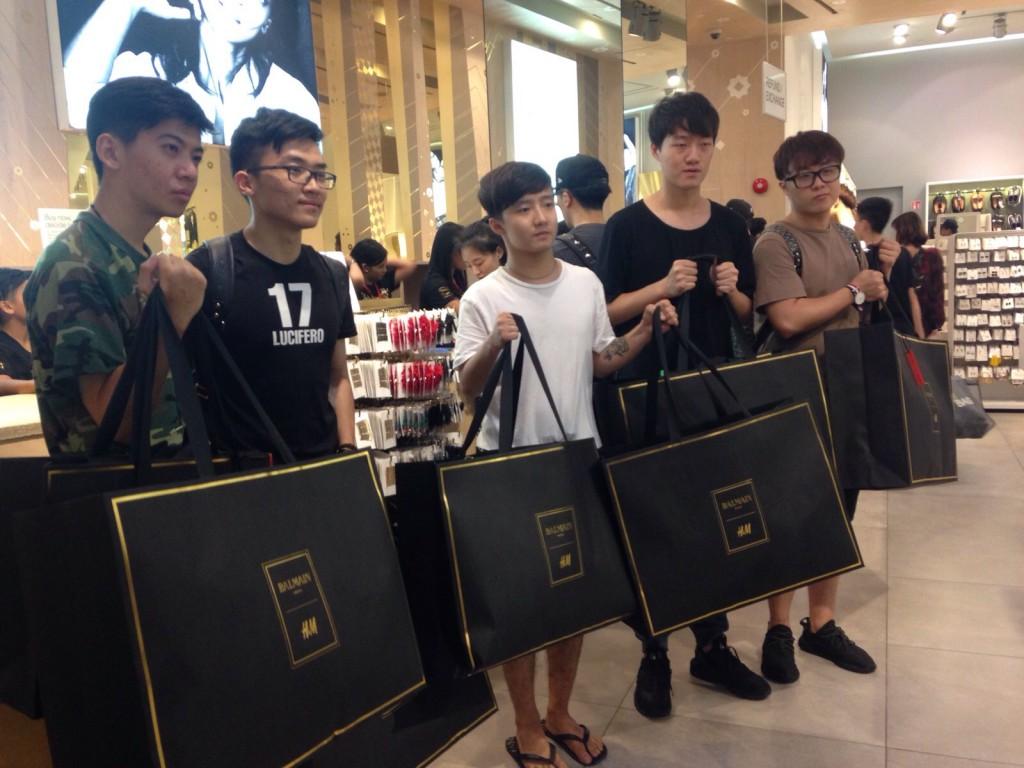 xep-hang-mua-H&M Balmain-singapore-5