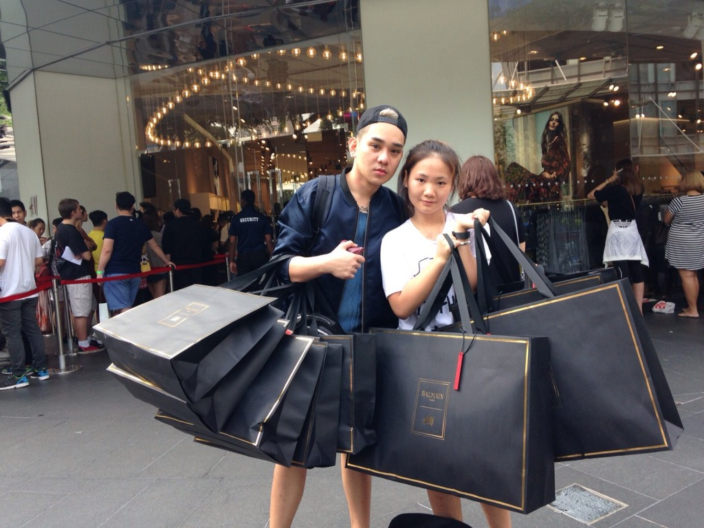 xep-hang-mua-H&M Balmain-singapore-7