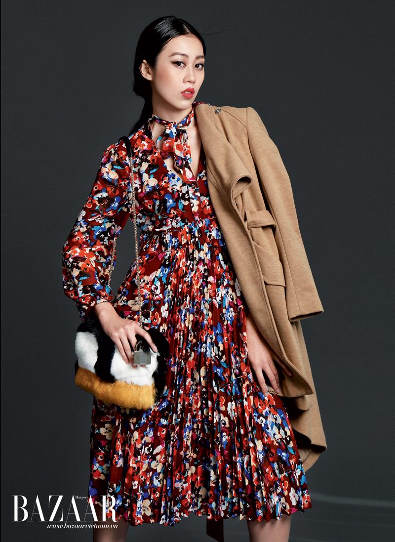 Đầm hoa xếp pli, Karen Millen. Áo khoác màu beige, Warehouse. Túi lông, Furla.