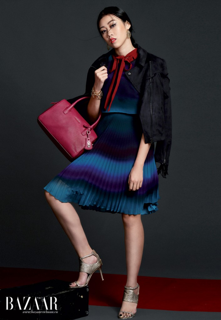 Đầm đỏ cổ thắt nơ mặc bên trong, đầm xanh chuyển màu ombré mặc bên ngoài, Karen Millen. Áo khoác, Topshop. Hoa tai, vòng tay, Topshop. Túi và giày, Cole Haan.