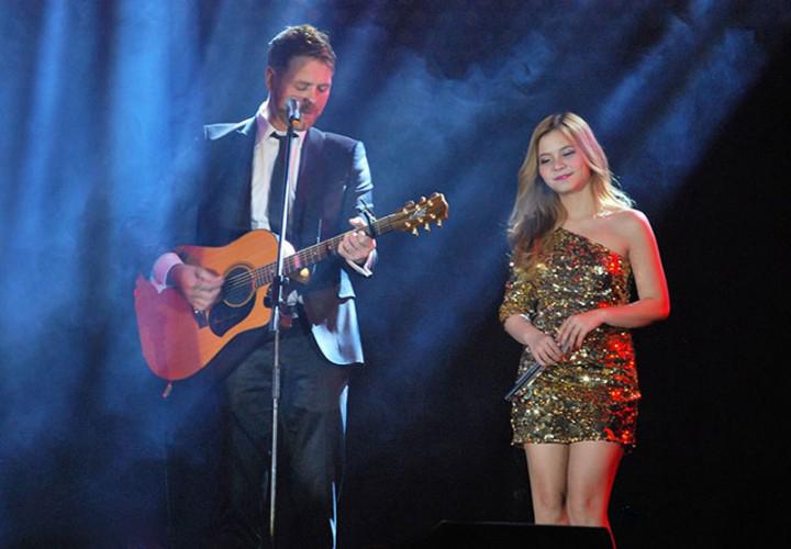 Nam ca sỹ Brian McFradden song ca cùng nữ ca sỹ Tia Hải Châu bài hát Flying Without Wings