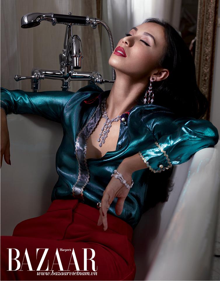 Áo lụa bóng, Gucci. Quần dài màu đỏ, MSGM. Hoa tai và nhẫn đính đá garnet đỏ và kim cương, vòng cổ, vòng tay kim cương, Damian By Mischelle High Jewelry
