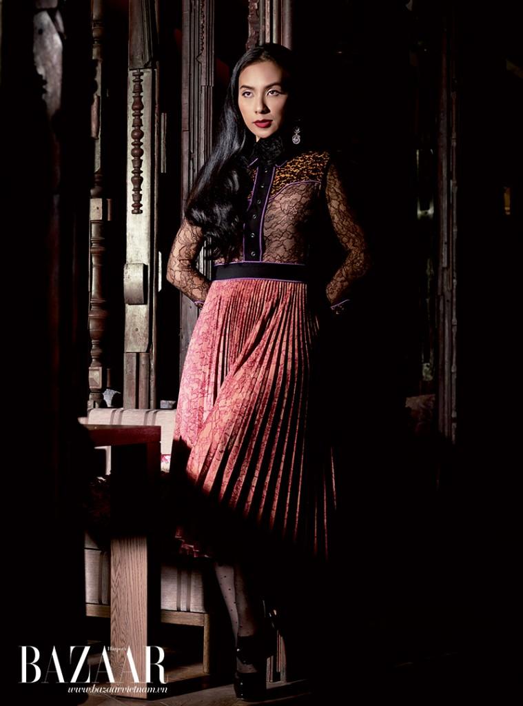Đầm với thân trên là ren, thân dưới xếp pli, Gucci. Hoa tai kim cương cắt baguette, Damian By Mischelle High Jewelry