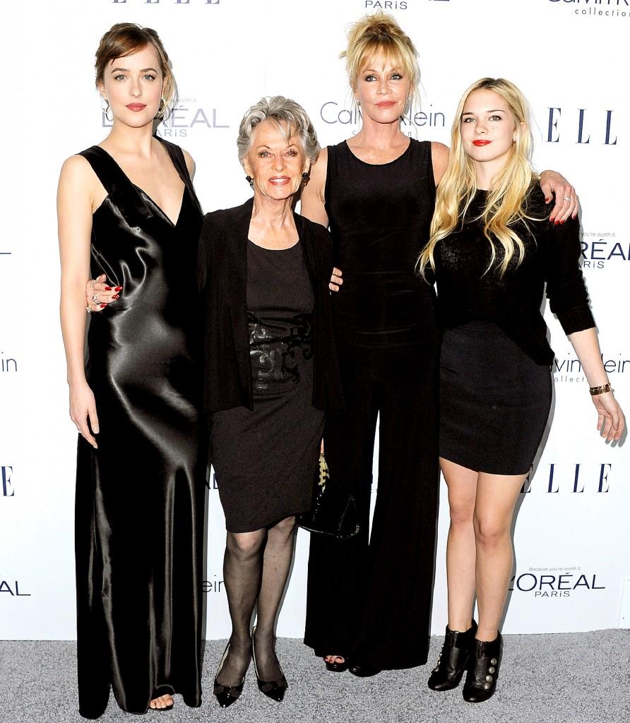 Tippi Hedren chụp cùng con gái, nữ diễn viên Melanie Griffith và hai cháu  ngoại: Dakota Johnson và Stella Banderas