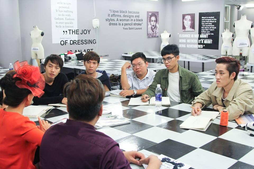 Nhà báo Thiên Hương đưa ra đề bài cho các nhà thiết kế trong tập 6