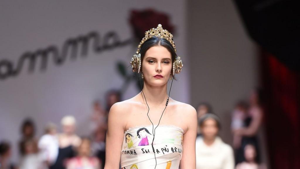 Chiếc tai nghe được người mẫu đội trên sàn diễn Thu Đông 2015 RTW của thương hiệu