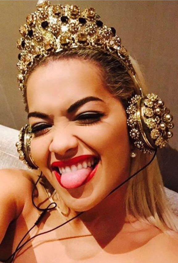 Rita Ora đeo chiếc tai nghe độc đáo