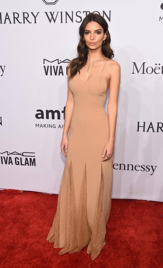 Emily Ratajkowski mặc đầm Marc Jacobs