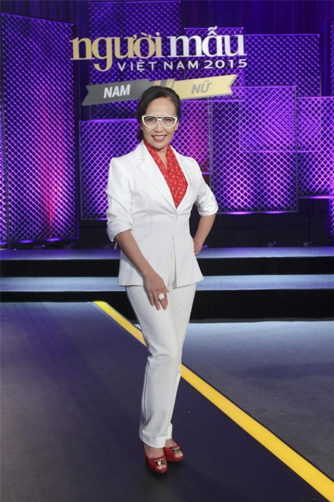 Nhà báo Trần Nguyễn Thiên Hương của Harper's Bazaar Việt Nam diện suit trắng khi làm giám khảo Vietnam's Next Top Model, điểm nhấn là các phụ kiện tông đỏ