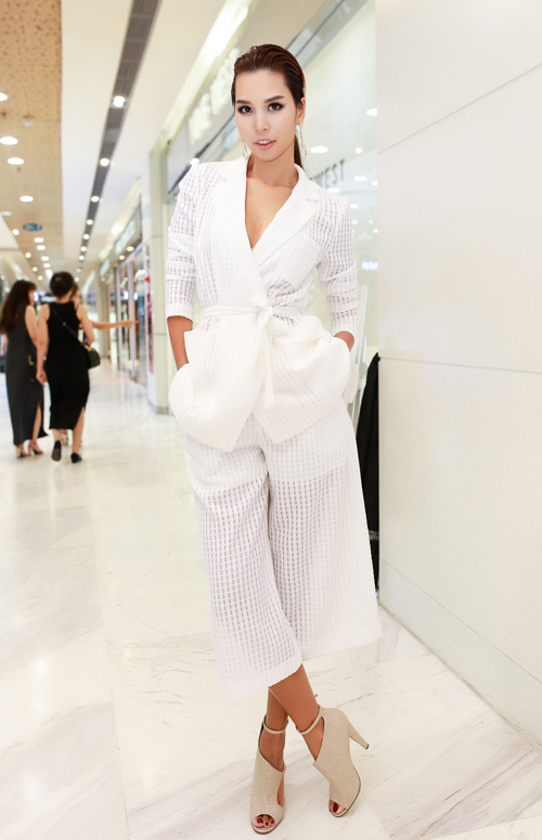 Hà Anh chứng minh suit trắng vẫn có thể trẻ trung và phá cách