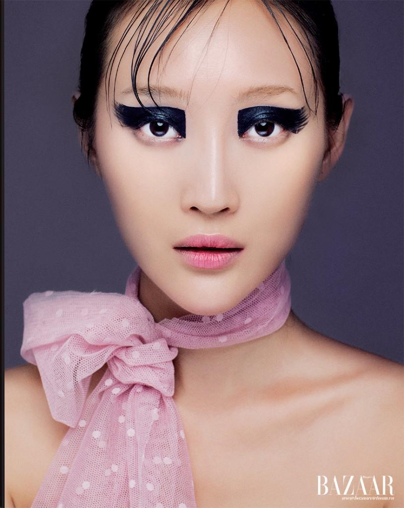 Với phong cách vẽ mắt Twiggy của thập niên 1960, phần mí trên sẽ được tô dày và đậm với màu Aqua Body painting, lớp nền mỏng mịn Nude Air Dior và màu môi hồng sen Chanel.