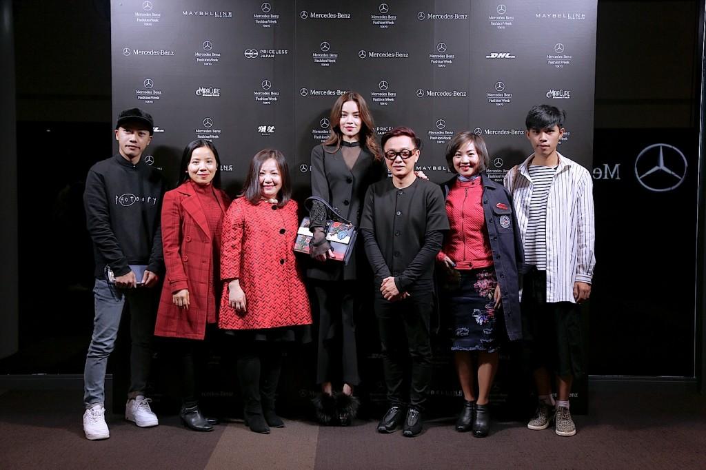 Đại diện Harper's Bazaar Việt Nam và các nhà thiết kế Project Runway tham dự Tokyo Fashion đến chúc mừng show diễn thành công của NTK Nguyễn Công Trí