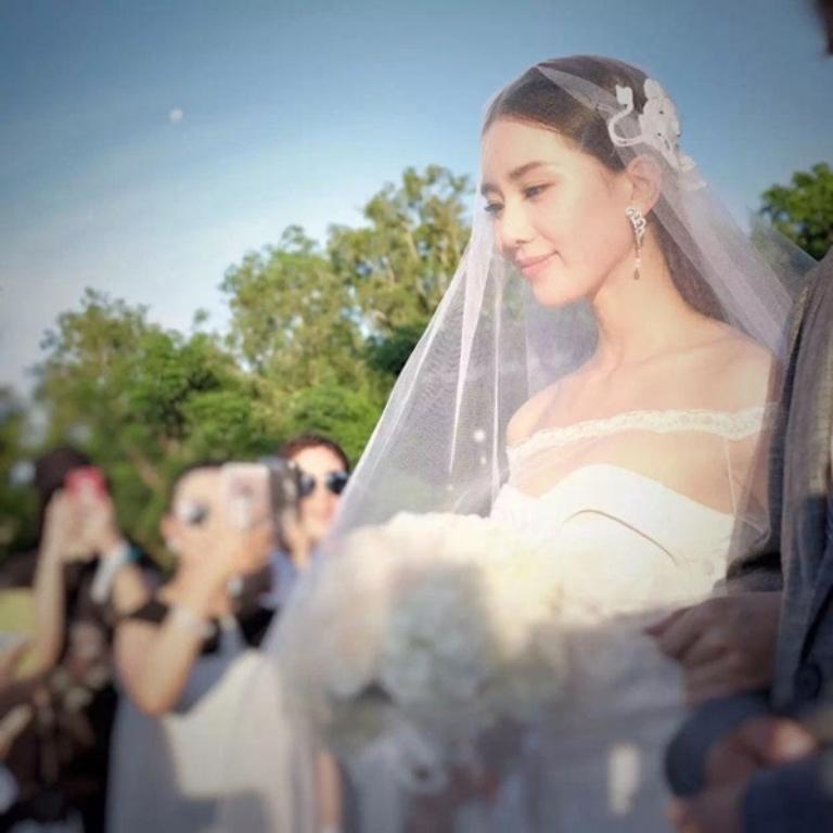 Cô dâu Thi Thi tiến vào lễ đường