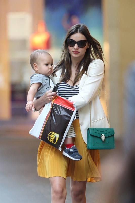 Miranda Kerr theo phong cách casual khi đi dạo phố