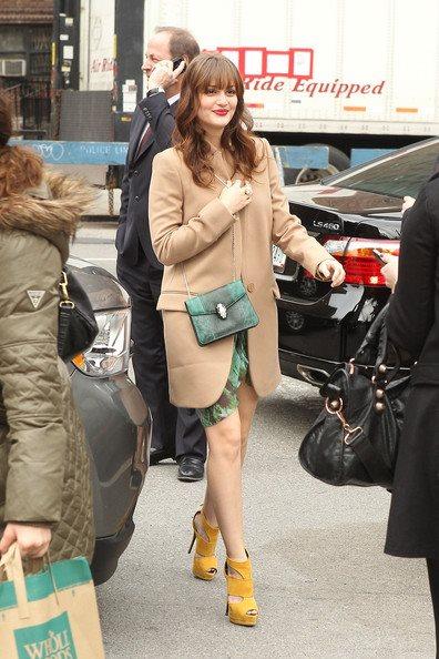 Trong khi nữ diễn viên Leighton Meester diện chung với áo khoác màu camel cổ điển và áo đầm ton sur ton