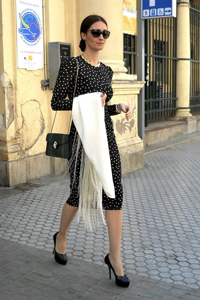 Nữ diễn viên Tây Ban Nha chọn kiểu túi da rắn mix chung với đầm và khăn choàng cổ điển