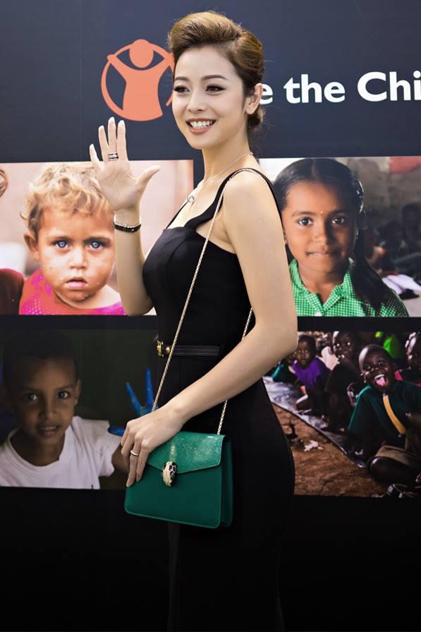 Jennifer Phạm xuất hiện ở một sự kiện trong chiếc túi màu xanh ngọc trên nền trang phục
