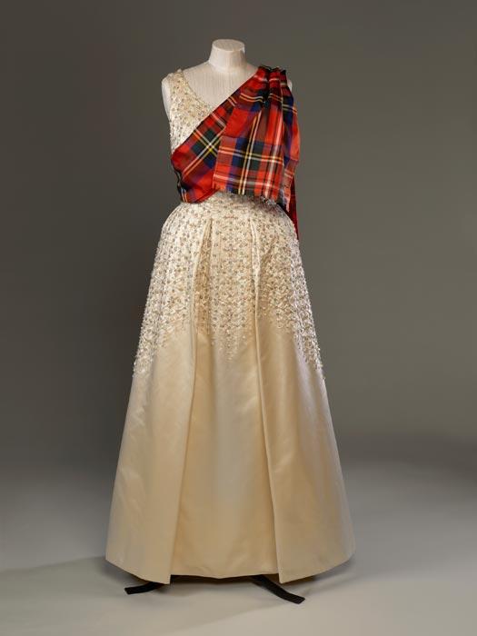 Khăn choàng ca rô Scotland được diện chung với đầm lụa màu ngà