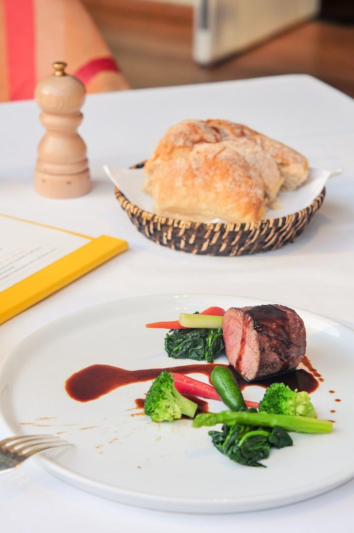 Các món ăn cao cấp được bày trí đẹp mắt