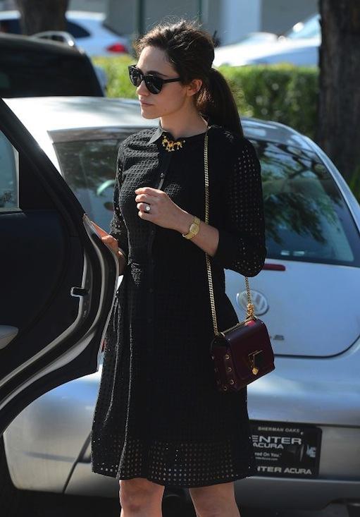 Ngược lại với Olivia, cô nàng Emmy Rossum chọn chiếc túi đỏ bầm để tăng phần gothic cho bộ đầm đen