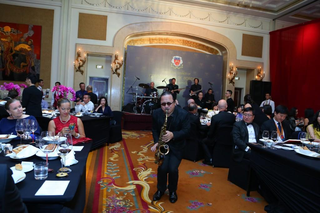 Nghệ sĩ Trần Mạnh Tuấn biểu diễn tại buổi Gala dinner