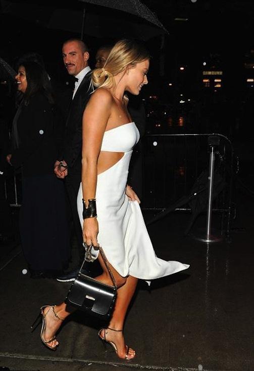 Margot Robbie chọn chiếc túi đen đối nghịch với đầm trắng cut out táo bạo
