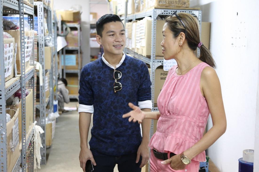 Bà Christian Yu và NTK Adrian Anh Tuấn trong chuyến tham quan xưởng