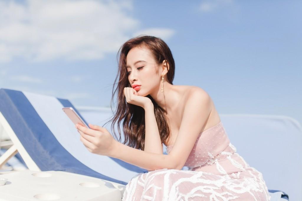 Khi Angela Phương Trinh đang chụp hình trên biển thì được ê-kíp của D&G mời tham dự
