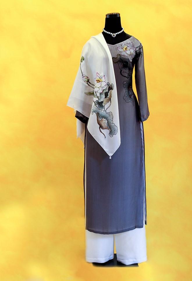 Bộ áo dài bao gồm khăn lụa cũng vẽ hình sen