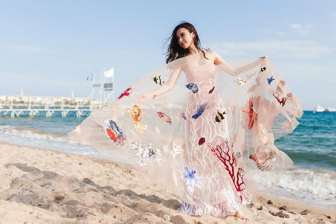 Các họa tiết sinh vật biển được in hoàn toàn trên chất liệu vải saphia, đính vào trang phục cùng pha lê và kim sa