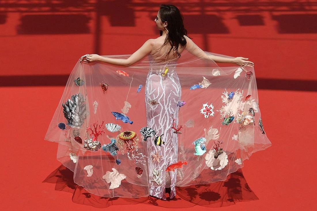 Một góc chụp tổng thể rất đẹp từ đằng sau của bộ váy