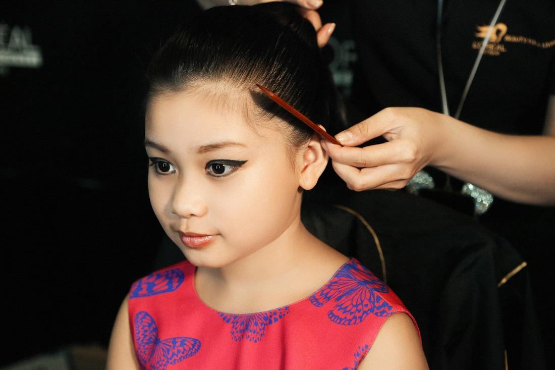 Hình ảnh hậu trường của Khánh Ngọc tại VDFW 2016