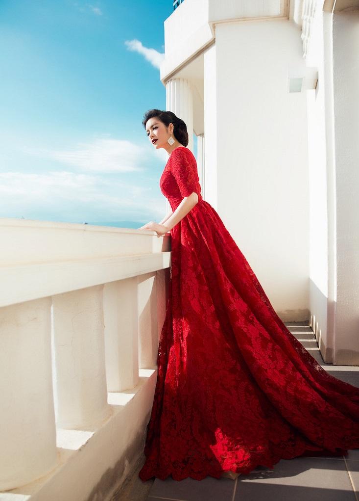 Một góc chụp tổng thể bộ đầm ren đỏ của Georges Hobeika