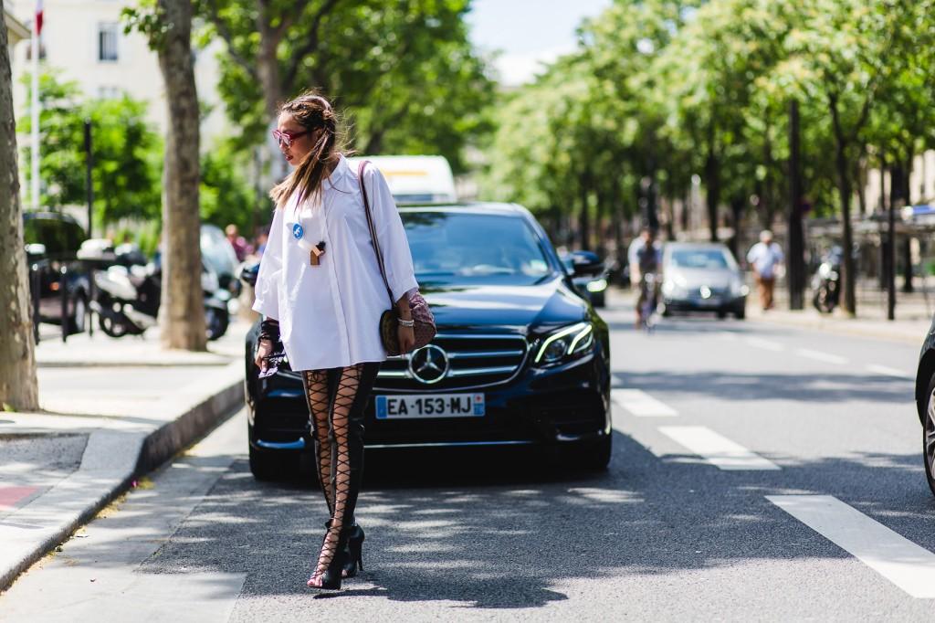 Thy Thy trong trang phục của thương hiệu COS, túi của Louis Vuitton và đôi high-knee boots ưa thích của NTK Lê Thanh Hòa.