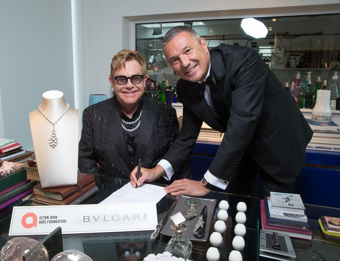 Khoảnh khắc ký kết hợp tác giữa Elton John và CEO của BVLGARI