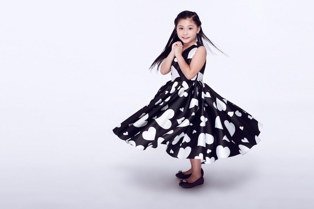Với kỹ năng tạo dáng và catwalk đầy triển vọng, bé Khánh Ngọc đã được giới mộ điệu đánh giá cao khi thể hiện BST của Kelly Bùi trong VDFW vừa qua