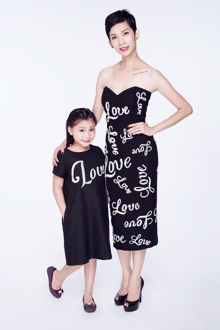 Được biết, cô bé còn rất thích mặc đồ ton-sur-ton với mẹ nuôi Xuân Lan