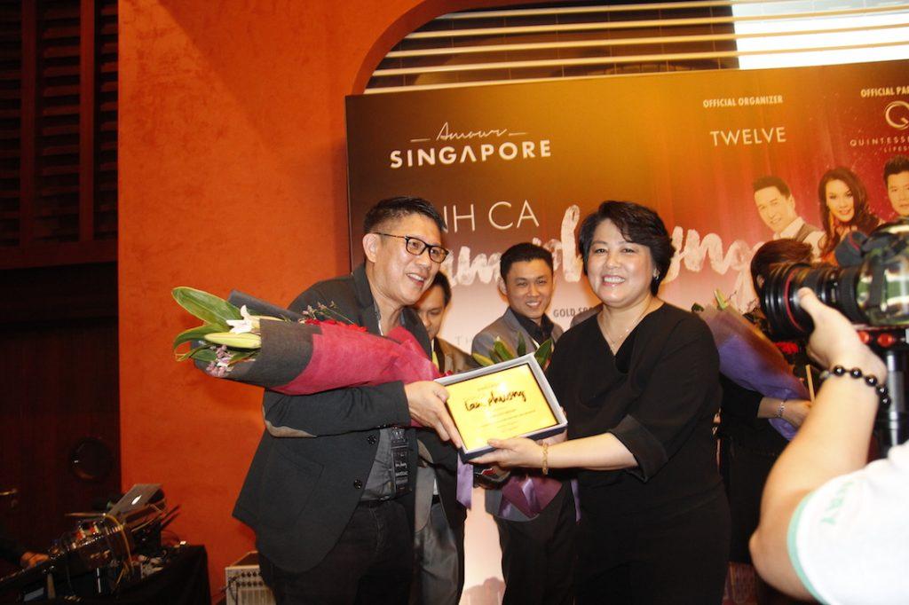Giám đốc sản xuất chương trình Marie Tô đại diện cho ê kíp trao hoa và kỷ niệm chương cho những thương hiệu và công ty đã tài trợ cho show diễn