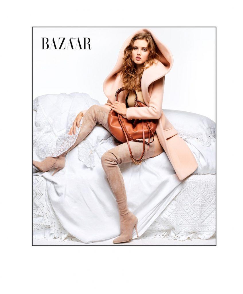 Lindsey mặc áo khoác, giày boots của Balmain và đeo túi Loewe