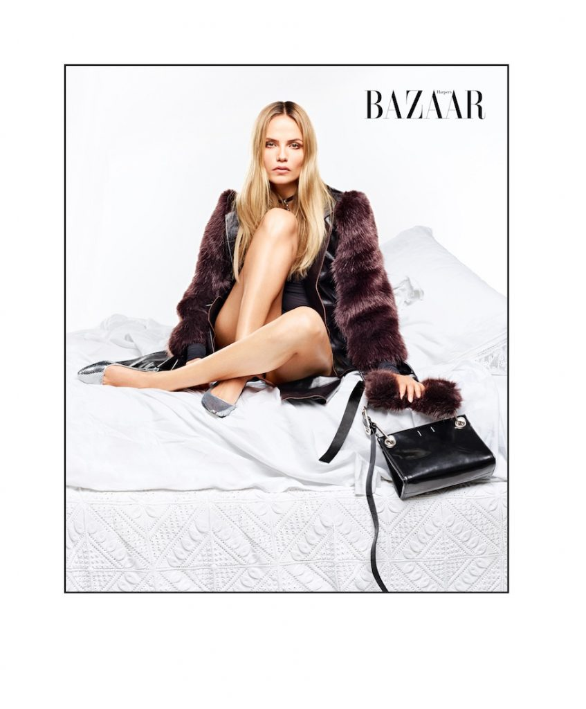 Natasha mặc áo khoác, choke và đeo túi của Calvin Klein Collection. Giày của Loewe