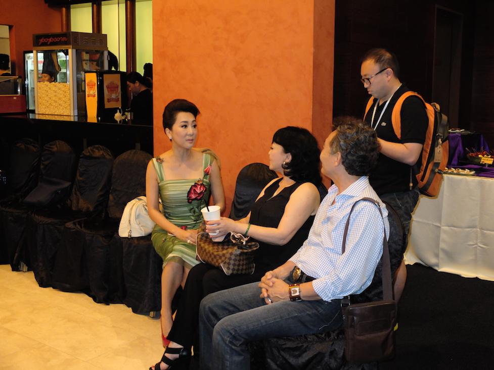 MC Kỳ Duyên nói chuyện cùng vợ chồng ca sỹ Hương Lan