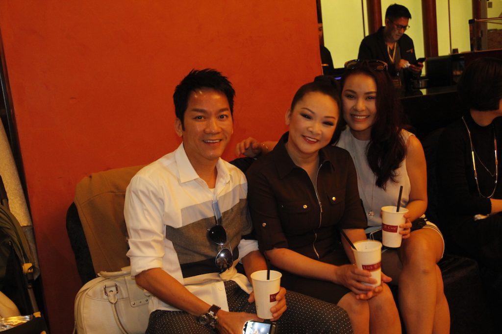 Ca sỹ Như Quỳnh (giữa) chụp ảnh cùng khách tham dự